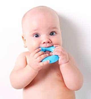 calmer la poussée dentaire d'un bébé
