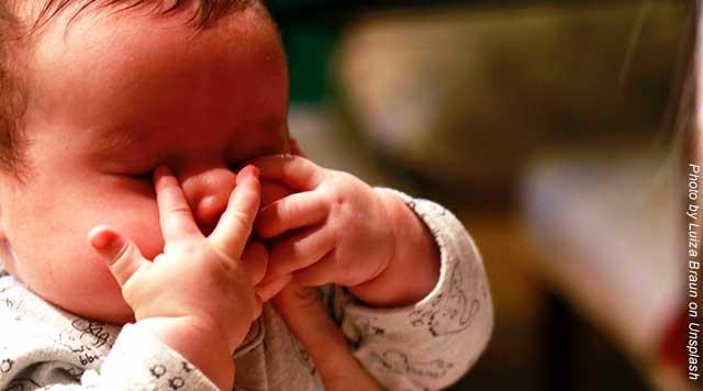 Calmer un bébé pendant la poussée dentaire